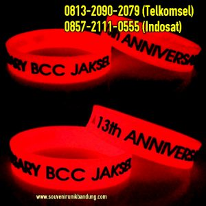 Gelang Karet Glow In The Dark Merah